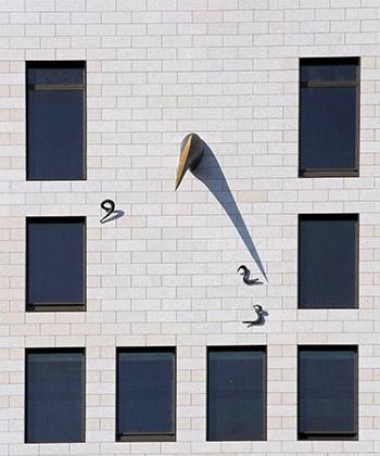 Cadran solar din bronz, de 400 kg, decorează faţada sudică a clădirii de birouri UBC 1 din Openville