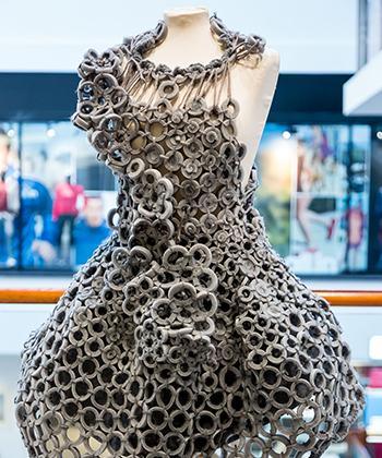 Expoziţie de design vestimentar, semnată de studenţii Universităţii de Arte, la Iulius Mall