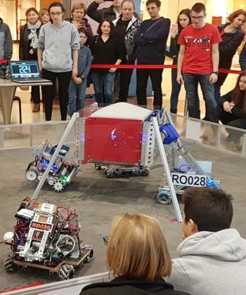 Liceenii din Cluj-Napoca își prezintă roboții creați de ei, la Iulius Mall