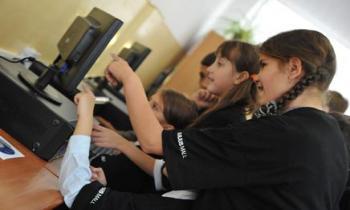 Computere şi componente IT, donate de Iulius Mall pentru elevii Școlii nr. 27 din Timişoara