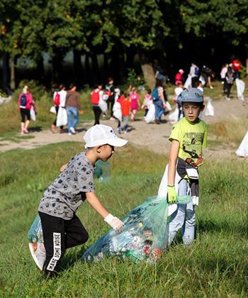 """120 de angajați ai companiilor din clădirile de birouri UBC Palas și copiii lor au făcut curățenie de """"World Cleanup Day"""""""